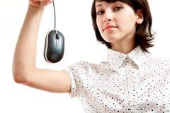 计算机被寻找的鼠标妇女年轻人 免版税库存图片