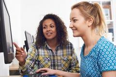 给计算机训练的女实业家在办公室 免版税库存照片
