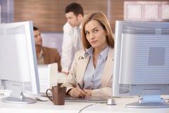 计算机设计图象了解的妇女年轻人 库存照片