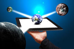 计算机连接了现有量显示聪明的片剂世界 免版税库存照片