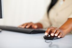 计算机递妇女运作的年轻人 免版税库存图片