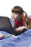 计算机逗人喜爱的女孩使用的一点 库存图片