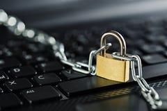 计算机键盘挂锁 网络安全、数据保密和抗病毒保护个人计算机 库存图片