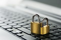 计算机键盘挂锁 网络安全、数据保密和抗病毒保护个人计算机 免版税库存图片