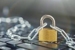 计算机键盘挂锁 网络安全、数据保密和抗病毒保护个人计算机 免版税库存照片