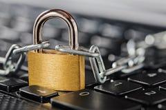 计算机键盘挂锁 网络安全、数据保密和抗病毒保护个人计算机 库存照片