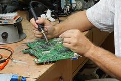 计算机 主板的修理 库存照片