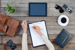 计算机ipad样式和巧妙的电话有被隔绝的屏幕的在老木书桌上 免版税图库摄影