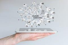 计算的云彩和移动计算机处理技术概念 拿着片剂或巧妙的电话的手 免版税库存图片