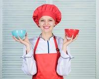 计算食物的正常部分 计算您的食物服务大小 饮食和节食的概念 妇女厨师举行碗 库存照片