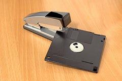 订书机和磁盘 免版税库存照片