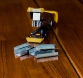 订书机在木头 免版税库存照片