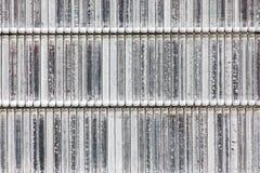 订书机的,在白色背景的特写镜头金属钉书针 免版税库存图片