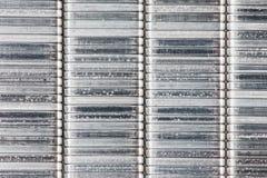 订书机的,在白色背景的特写镜头金属钉书针 免版税库存照片