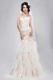 订婚。长的白色新娘礼服的真正华美的新娘。婚礼样式 库存照片