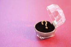 订婚以问号的形式提案圆环 库存照片