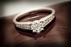 订婚优美的红色环形表面木头 库存图片