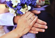 订婚手 免版税库存图片