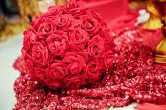 订婚的圆的人为红色玫瑰花束 花的布置,隔绝在白色背景 图库摄影
