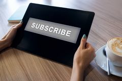 订阅在设备屏幕上的按钮 互联网和数字销售的概念 免版税库存照片