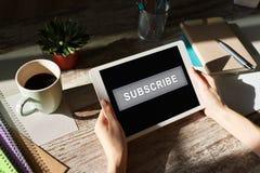 订阅在设备屏幕上的按钮 互联网和数字销售的概念 免版税库存图片