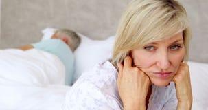 认为不快乐的妇女,当她的丈夫睡觉时 影视素材