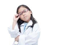 认为与听诊器我的逗人喜爱的小女孩医生画象  库存照片