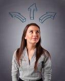 认为与箭头的俏丽的夫人在头顶上 免版税库存照片
