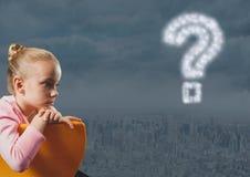 认为和冥想在有问号的城市的女孩在天空 免版税库存图片