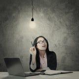 认为在一个电灯泡下的女性企业家 免版税图库摄影