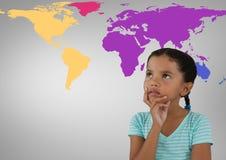 认为在五颜六色的世界地图前面的女孩 免版税图库摄影