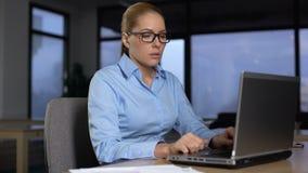 认为在企业项目,运作的附加小时,缺乏的疲乏的妇女想法 影视素材