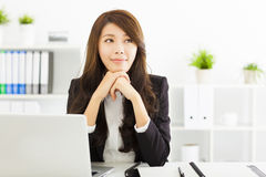 认为在办公室的年轻女商人 免版税图库摄影