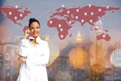 认为在地图世界的女实业家, 免版税库存图片