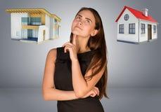 认为在房子和村庄的女商人 免版税库存照片