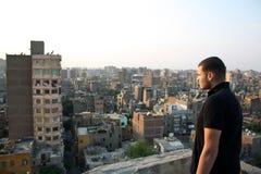 认为在日落期间的阿拉伯埃及年轻商人 免版税库存图片