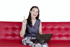 认为在演播室的白种人妇女一个想法 免版税库存图片