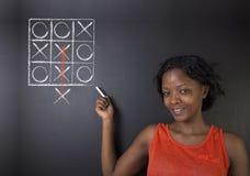 认为在箱子outh非洲或非裔美国人的妇女老师或学生外面 免版税库存照片