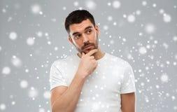 认为在雪背景的人 免版税库存图片
