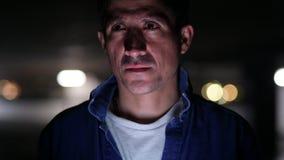 认为在黑暗的停车场的可疑的西班牙人 股票录像