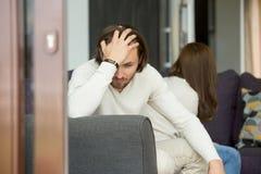 认为坏关系问题,在q以后的夫妇的生气人 库存图片