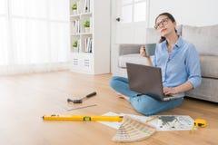 认为如何的设计师顾问改造房子 免版税图库摄影