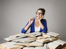 认为开放书的学生妇女,考虑女孩玻璃 免版税库存照片