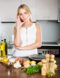认为怎样的主妇为晚餐烹调 库存照片