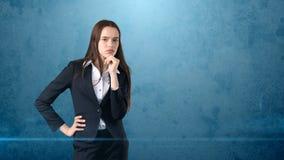认为或想象某事,概念的年轻聪明的美丽的女实业家 库存图片