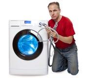 认为洗衣机修理或连接在新的洗衣机附近的人 库存照片