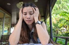 认为,疲倦或与头疼少妇的不适 免版税库存照片