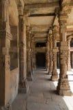 认真草拟的柱子, Qutub Minar复合体,德里,印度 免版税库存图片
