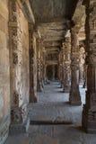 认真草拟的柱子, Qutub Minar复合体,德里,印度 免版税库存照片