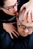 讨厌地耳语的妇女在人的耳朵的毒液 库存照片